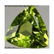 Peridot naturel taille trillion a facettes 10x10 mm 3.60 carats