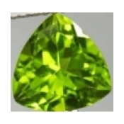 Peridot naturel taille trillion a facettes 8x8 mm 2.07 carats